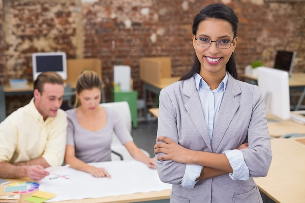 Geschäftsfrau mit den innenarchitekten, die plan betrachten