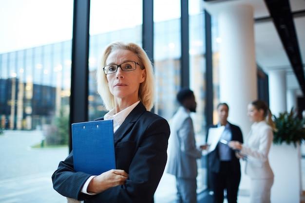Geschäftsfrau mit dokument
