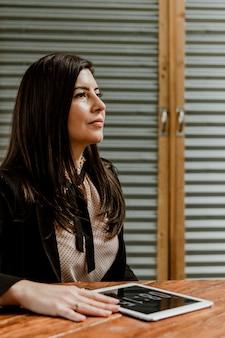 Geschäftsfrau mit einem digitalen tablet-mockup