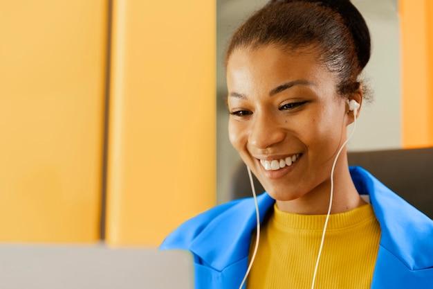 Geschäftsfrau mit einem online-meeting