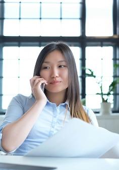 Geschäftsfrau mit einem smartphone