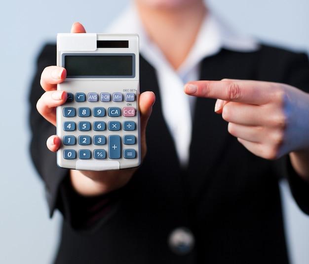 Geschäftsfrau mit einem taschenrechner