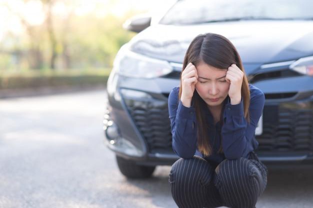 Geschäftsfrau mit einem zusammenbruchauto
