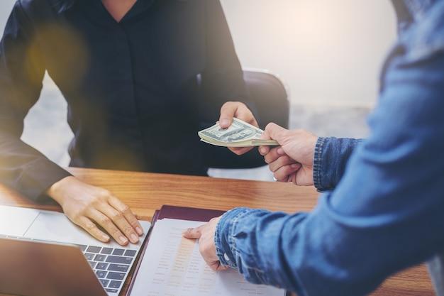 Geschäftsfrau mit geld von ihrem geschäftserfolg.