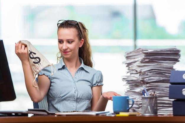 Geschäftsfrau mit geldsäcken im büro