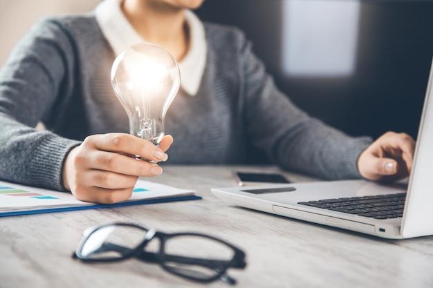 Geschäftsfrau mit glühbirnen, ideen für neue ideen mit innovativer technologie und kreativität