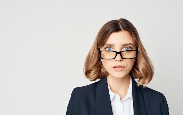 Geschäftsfrau mit hellen hintergrundgefühlen der brille executive. foto in hoher qualität