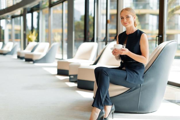 Geschäftsfrau mit kaffee- oder teetasse