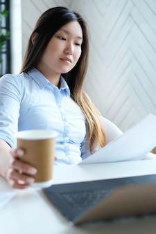 Geschäftsfrau mit kaffeetasse
