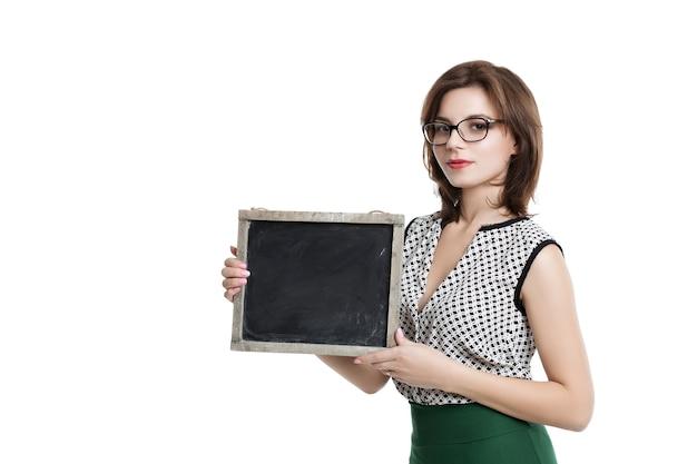 Geschäftsfrau mit kurzen haaren, die brille tragen eine karte halten. brille mit leerer tafel tragen. schöne frau in einer hellen bluse und einem grünen rock