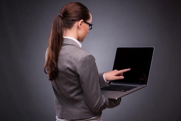 Geschäftsfrau mit laptop im geschäftskonzept