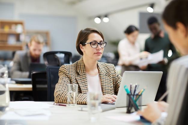 Geschäftsfrau mit laptop im open space office