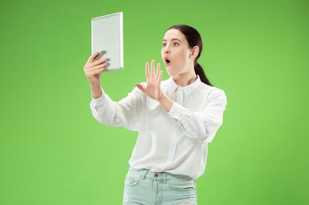 Geschäftsfrau mit laptop. liebe zum computerkonzept. attraktives weibliches porträt in halber länge vorne, trendiges grünes studio-hintergrundbild. junge emotionale hübsche frau. menschliche gefühle, gesichtsausdruck