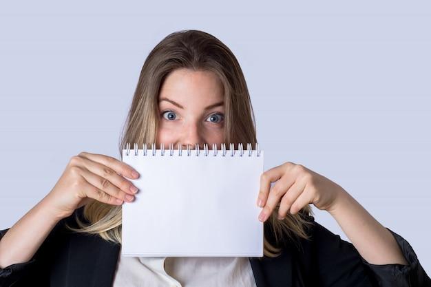 Geschäftsfrau mit leerem papier