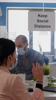 Geschäftsfrau mit online-videoanruf über kommunikationsprojekt in neuen normalen c...