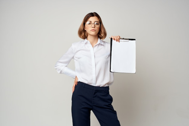 Geschäftsfrau mit ordner in den händen kopieren raumbüro