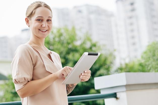 Geschäftsfrau mit pad-porträt