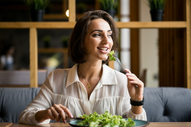 Geschäftsfrau mit salat