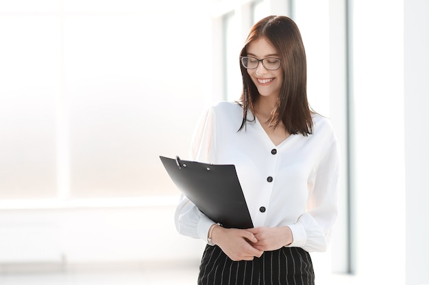 Geschäftsfrau mit stehen in einem hellen büro
