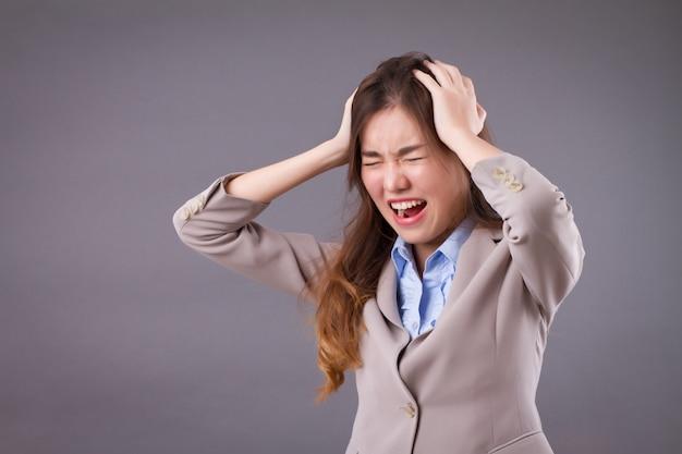 Geschäftsfrau mit stress- und kopfschmerzproblem