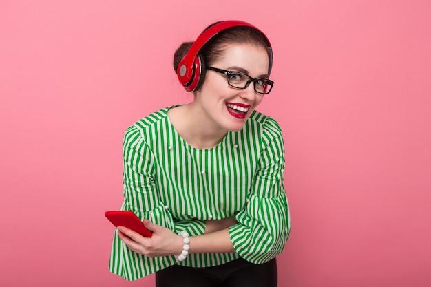Geschäftsfrau mit telefon und kopfhörern
