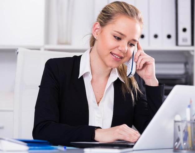 Geschäftsfrau mit telefongespräch