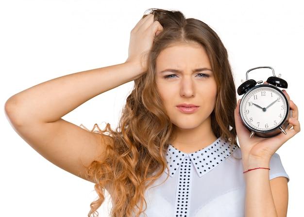 Geschäftsfrau mit uhr zu spät für ihre leistungen