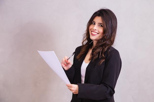 Geschäftsfrau mit vertrag in den händen. anwaltsleseprozess oder dokument in händen
