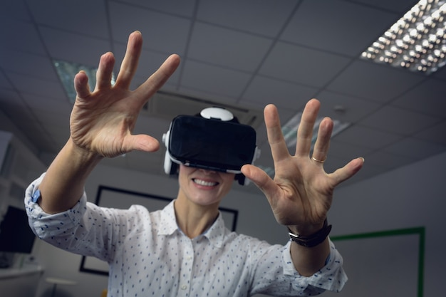 Geschäftsfrau mit virtual-reality-headset