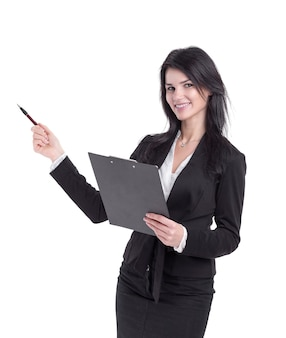 Geschäftsfrau mit zwischenablage, die auf kopienraum zeigt. isoliert auf weißem hintergrund
