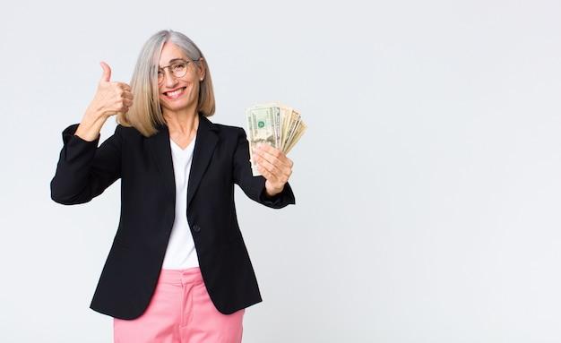 Geschäftsfrau mittleren alters mit dollarnoten
