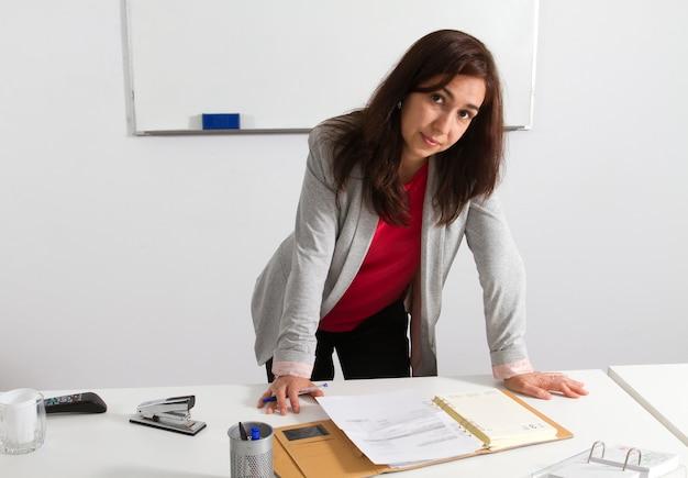 Geschäftsfrau mittleren alters überprüfung seiner agenda