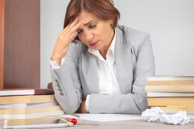 Geschäftsfrau müde im büro und besorgt in emotionen