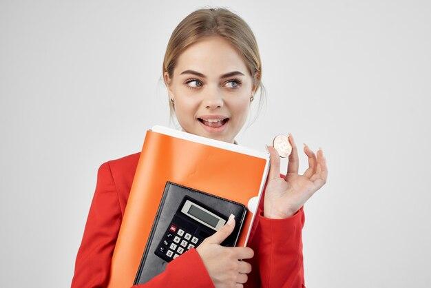 Geschäftsfrau-münzen-kryptowährungsrechner virtuelle geldtechnologie