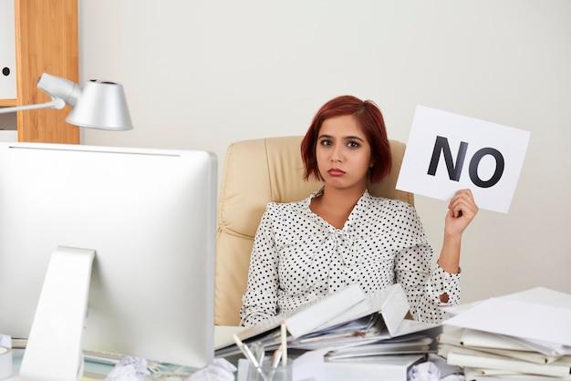 Geschäftsfrau nicht mit ihrem job einverstanden