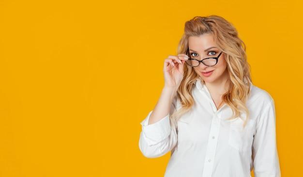 Geschäftsfrau nimmt ihre brille ab und schaut in die kamera, um den weg zum erfolg zu kennen.
