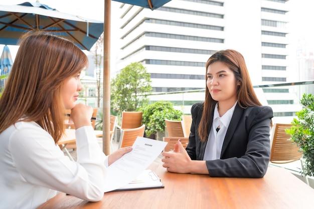 Geschäftsfrau oder manager interviewen ihren kandidaten mit zusammenfassung - interviewkonzept.