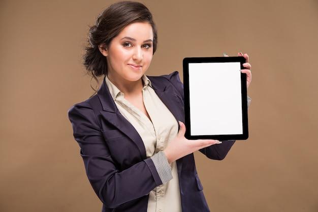 Geschäftsfrau oder verkäuferin mit dem tablet