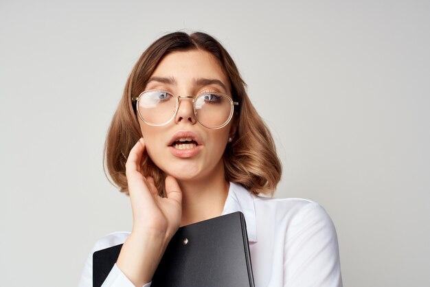 Geschäftsfrau offiziellen job office erfolg emotionen isolierten hintergrund. foto in hoher qualität
