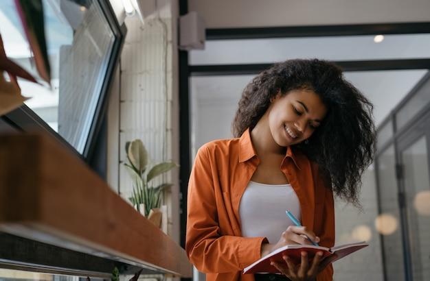 Geschäftsfrau planung starten, notizen machen, im büro arbeiten. student studieren, sprache lernen, bildungskonzept