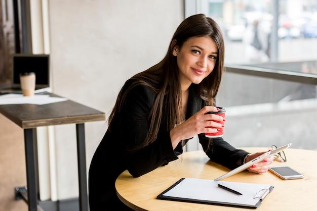 Geschäftsfrau posiert
