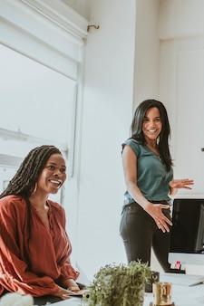 Geschäftsfrau präsentiert ihre ideen im besprechungsraum