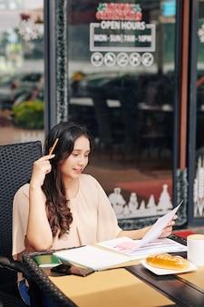 Geschäftsfrau prüft finanzdokument