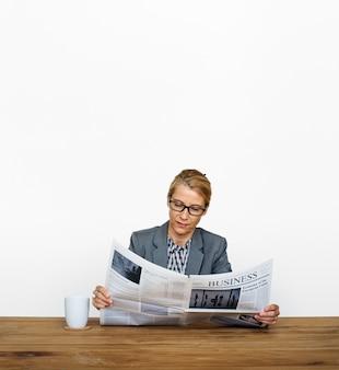 Geschäftsfrau reading zeitung-informations-kaffeetasse