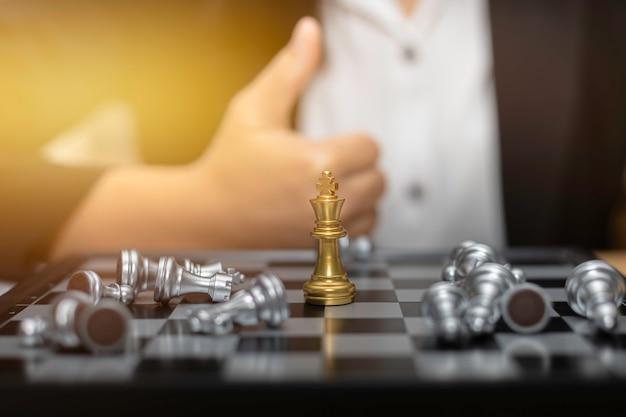 Geschäftsfrau-schachfinanzgeschäftsstrategiekonzept.