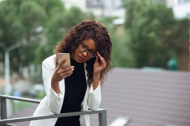 Geschäftsfrau schaut auf das telefon