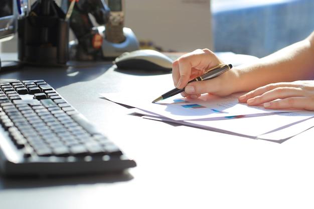 Geschäftsfrau schreibt mit stift im büro