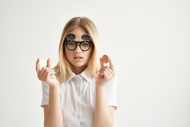 Geschäftsfrau sonnenbrille bitcoin kryptowährung in händen technologien. foto in hoher qualität