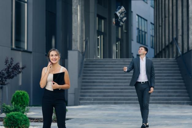 Geschäftsfrau sprechen auf dem mobiltelefon über erfolgreiche projektpräsentation, lächelndes stolzes weibliches ceo, das auf handy spricht.