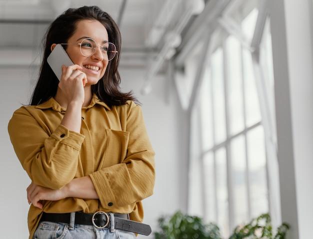 Geschäftsfrau spricht auf ihrem smartphone